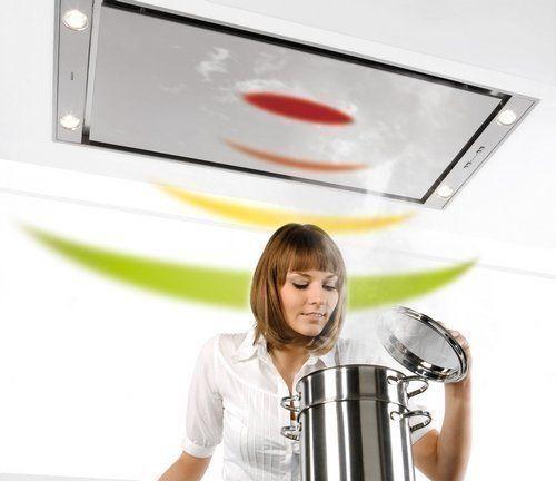 Een plafond unit afzuigkap zorgt voor een open zichtveld boven een kookeiland