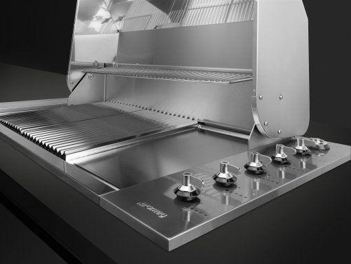 De Smeg BIBQ1205H is fraai in te bouwen in een werkblad van een buitenkeuken
