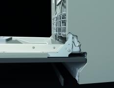 Met het nieuwe FlexFit scharniersysteem gaat de deur soepeler open en kan het uitstekende deurpaneel onder de vaatwasser richting de plint schuiven.