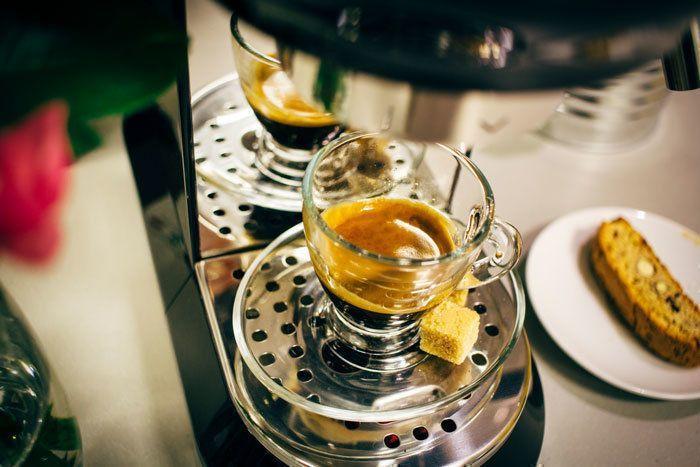 De typisch Italiaanse espresso is eveneens te bereiden met de Smeg koffiemachine